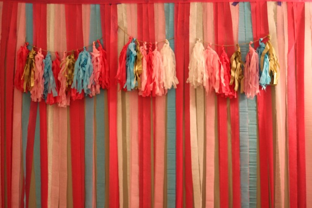 crepe paper photo booth wall | as GOLD as it gets blog