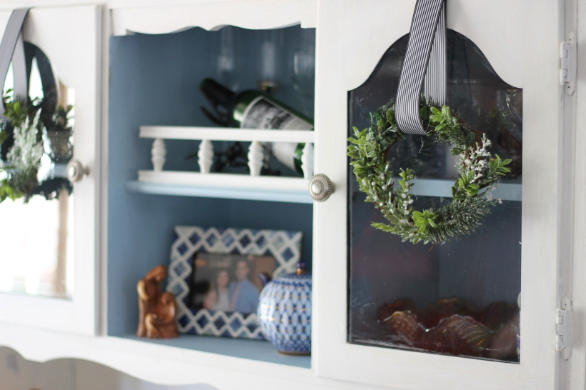 christmas-hutch-decor
